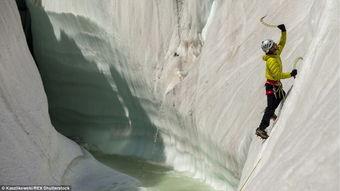碎尘越境者-超脱凡尘 无人机拍摄乔戈里峰冰川... 登山者利用碎冰锥爬上冰川岩壁.