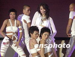 释和员-歌星黄伊汶5月21日在香港举行新歌MV〔戒男〕首播礼,黄伊汶与舞蹈...