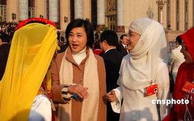 ...香港凤凰卫视名主播吴小莉(左二),会前在大会堂前采访少数民族...