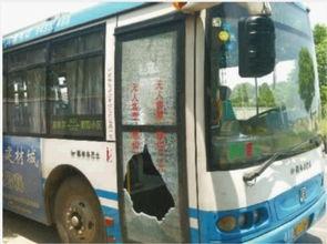 ...801路车队调度站,李师傅所开的公交车昨晚被砸.记者 -公交司机和...