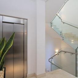 ...略卡岛休闲别墅设计家装楼梯电梯间装修效果图-家装楼梯装修效果图