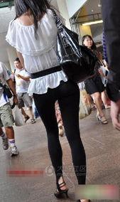 美女只穿丝袜裤逛街,很透明却浑然不知