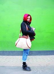 怡红院免费九九色色-3.红色围巾被当作头巾来用,与下身帅气的九分牛仔裤形成巧妙色彩呼...