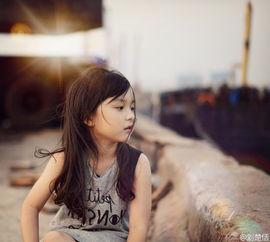 """人写一封信"""".照片中,刘楚恬戴着白色的发带,趴在床上写信,表情..."""