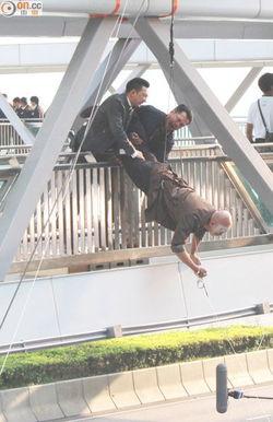 ...重头戏,三人在天桥上展开追逐,徐峥不慎坠桥.拍摄现场,李璨...