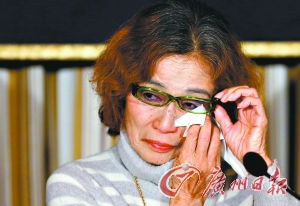 ...23日的记者会上落泪.-交付赎金期限已过 日本人质生死未卜