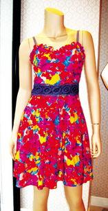 红蓝av-2011的春夏亮色当道,而这股潮流还蔓延到了早秋,很多服饰品牌都依...