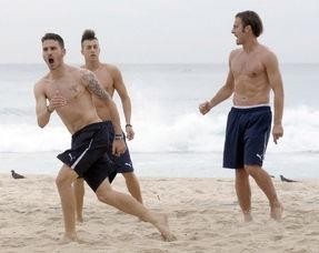 意大利 男模 队巴西沙滩半裸秀身材