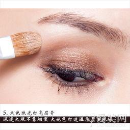 米色珠光打亮眉骨-深邃不靠烟熏大地色打造柔感眼妆