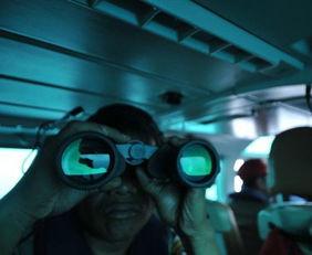 寻找岛航360-这是12月29日在直升机上拍摄的印度尼西亚勿里洞岛附近海域中行驶的...