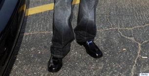 蹭亮的黑皮鞋没想象中那么百搭分享到新浪微博-男士们的五个穿鞋死穴