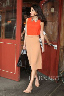 色撸撸欧洲图-阿迈勒·克鲁尼(Amal Clooney)穿橘色上衣配束腰裙外出就餐