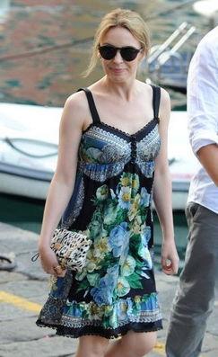 夏末浪漫 绽放的彩条印花裙