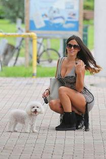 ...模克劳迪娅·罗马妮(Claudia Romani)现身迈阿密街头遛狗...