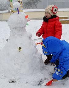 堆雪人的漂亮小孩