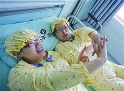 生完宝宝后姐妹俩在床上聊天-双胞胎姐妹同时怀孕同日生下婴儿 组图