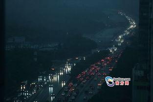 ...暗了下来,广州大道上的车辆纷纷开启车灯.-广州市区自西向东下...