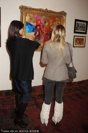 ...一家美术馆观看情色艺术展.-芭芭拉 贝卢斯科尼参观色情艺术展 聚...