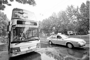 济南101电车电杆失控 5路公交车上层挡风玻璃被砸碎