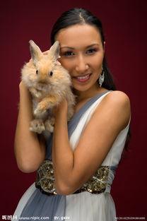 抱着兔子的美女图片