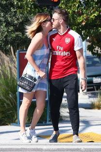 ...讯 美国女演员凯特·玛拉(Kate Mara)身着蓝色格子吊带裙和男...