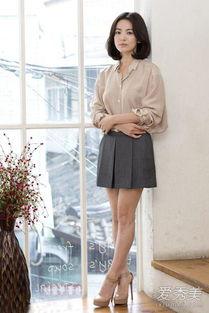 衬衫搭配短裙和高跟鞋,乔妹最爱的穿搭look,知性又淑女,简直人见...