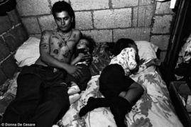 黑社会网名-...0年跟拍中美洲黑帮 儿童伴枪入眠 图