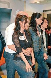 台湾小薇业务员搞人妻-有报道说这一幕并不是事先安排,但是杨思琦也只好说可能对方是想搞...