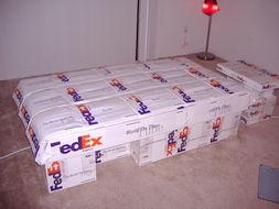 ...用联邦快递的硬纸箱DIY家具