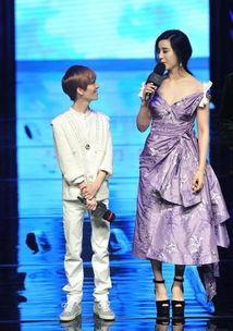 ...居然穿着超高的高跟鞋,与郭敬明并肩站立,这应该能算得上是最萌...