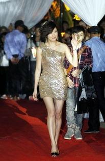米兰达黑丝热裤露长腿 揭失婚后更美的女星