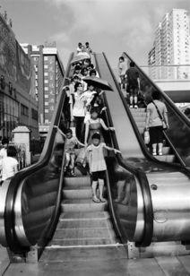 白马金羁踏宇内-乘客在自动扶梯入口处踏上梯级水平运行段时,应注意双脚离开梯级边...
