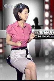 镜头九:涂经纬穿粉色衬衫露点   镜头八:张卫平在直播时伸手挖鼻孔...