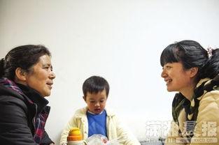...熊女士和母亲、孩子在一起.图/潇湘晨报记者  -女子为护儿被恶狗咬...