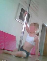 ...英国北安普顿一个舞蹈班因教8个3-7岁的小女孩学跳