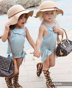 as(灰发)和Ava Foley(金发),来自美国,俩人可不是双胞胎哟,...