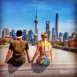...生活踏上了环游世界的旅程.-英情侣放弃高薪工作环游世界 为攒钱...