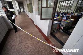 事故后,已经在校园中忙碌了一整夜的学校老师们,开始组织未受伤学...