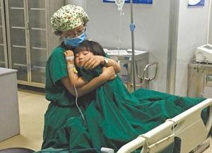 ...麻醉醒后哭闹 女护士将其搂在怀里安抚
