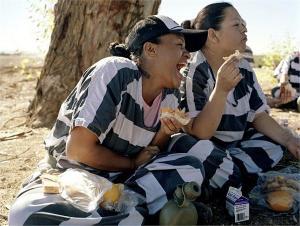 影视女犯脚镣-实拍美国女囚生活 观察者网