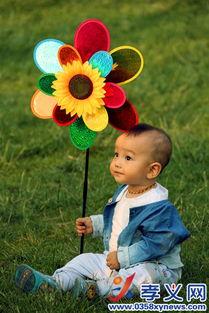 草坪上手握风车的小少年-孝义要闻 - 孝义市人民政府