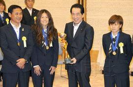 ...练佐佐木则夫、队长泽穗希、主力队员宫间绫.19日下午摄于首相官...