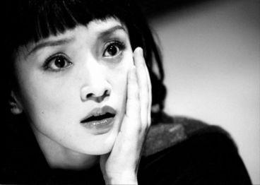 在《如果·爱》中的出色表演,周迅荣获香港影评人学会最佳女演员之...