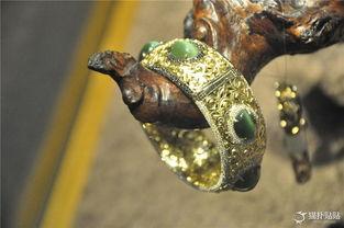 师匠手札-这是一款存手工制作的,由K金镂空,镶嵌碧玉猫眼和黑、白钻石的手...