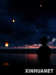 妄语飘言-<IMG> 12月26日,一名瑞士男孩在泰国南部攀牙府的考拉海滩凝视着...