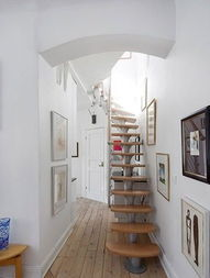 节省空间的楼梯是小户型家的理想设计,不锈钢筋和木板所搭配而成...