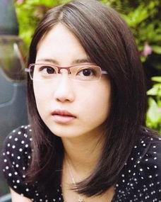 大脸戴眼镜头发少短发弄什么发型好看 大脸适合的短发发型 发型师姐