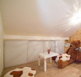 40平小户型装修案例:墙面采用原木色的木板来制作,看上去显得比较...