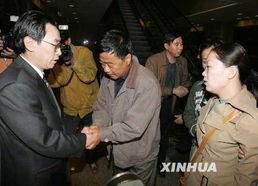 获救工程师和遇难者王鹏的妻子抵达北京