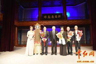 ...究会常务副会长萧鸣(左三)在京剧晚会后与主要演员合影.(中红...